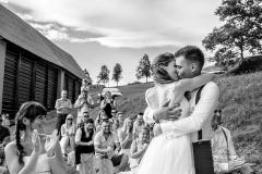 Poroka-Kmetija-na-Lanišah-ženin-nevesta-poročni-poljub-nives-brelih-photography